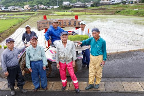 田植えを終えて萩元前団地保全会の役員で記念撮影
